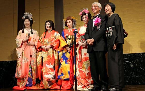 東北大の退官記念パーティーでは同僚らが仮装でお祝いした(右から2番目が石田氏、一番右はパートナーの亜子さん)