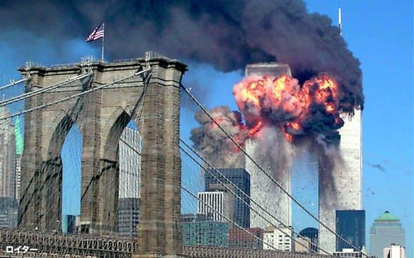01年、ハイジャックされた旅客機が突入した世界貿易センタービル=ロイター