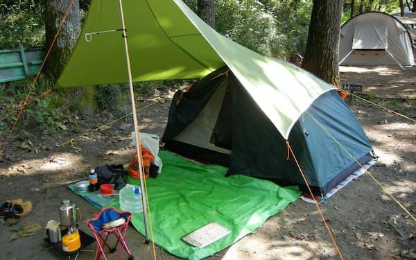 ソロキャンプ用サイトにテントとタープを張った