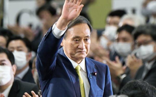 自民党総裁に選出され、拍手に応える菅氏(14日、東京都港区)
