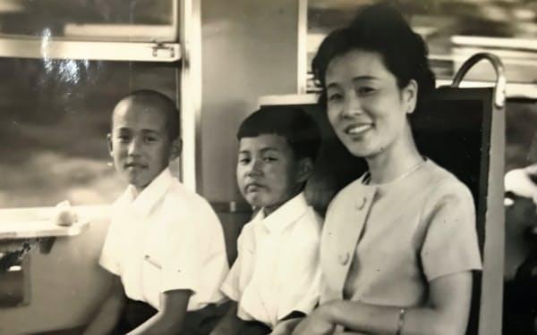 中学生の頃、家族4人で京都へ旅行。田中さん(奥)と弟、そして教師の母。やはり教師だった父が撮影