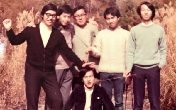 大学時代、勉強会の仲間と蓼科で合宿。座っているのが田中さん。後列左から2人目が岩原紳作さん