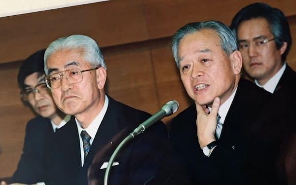 1995年3月、三菱銀行と東京銀行の合併記者会見。両行頭取の後ろ(右奥)に控えるのが田中さん