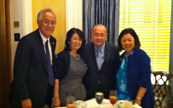 ダニエル・イノウエ上院議員夫妻(右側の2人)から上院議員食堂に招待された田中さん夫妻。ここで「米日カウンシル」立ち上げへの協力を依頼された