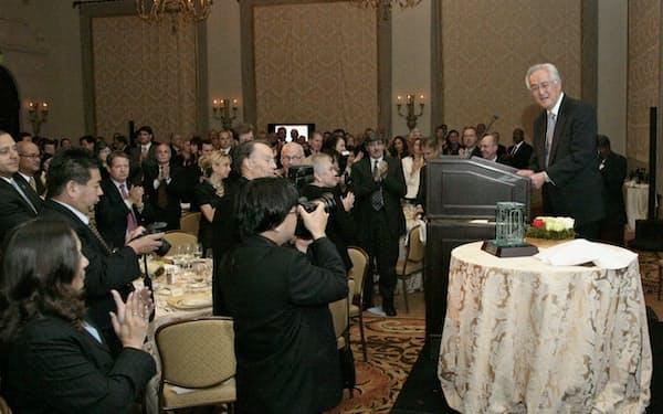 2009年、最大のユダヤ系人権擁護団体「ブネイブリス・インターナショナル」から社会貢献活動に対して表彰を受けスピーチする田中さん