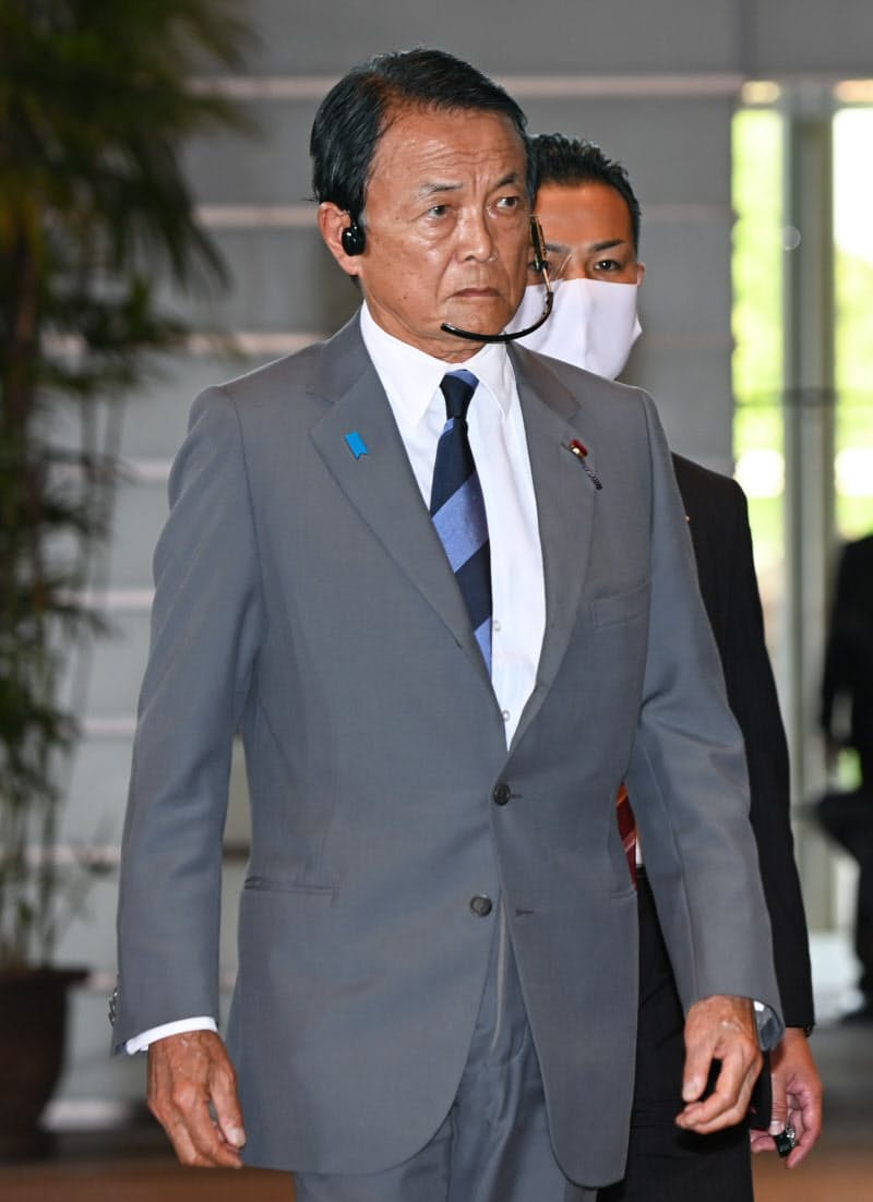 財務・金融相への再任が決まり、首相官邸に入る麻生氏(16日)