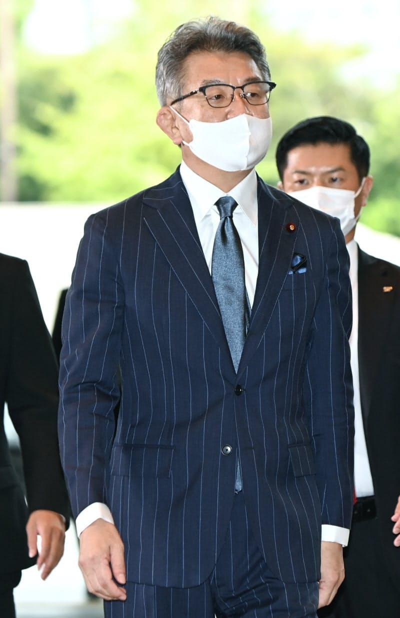 総務相に決まり、首相官邸に入る武田氏(16日)
