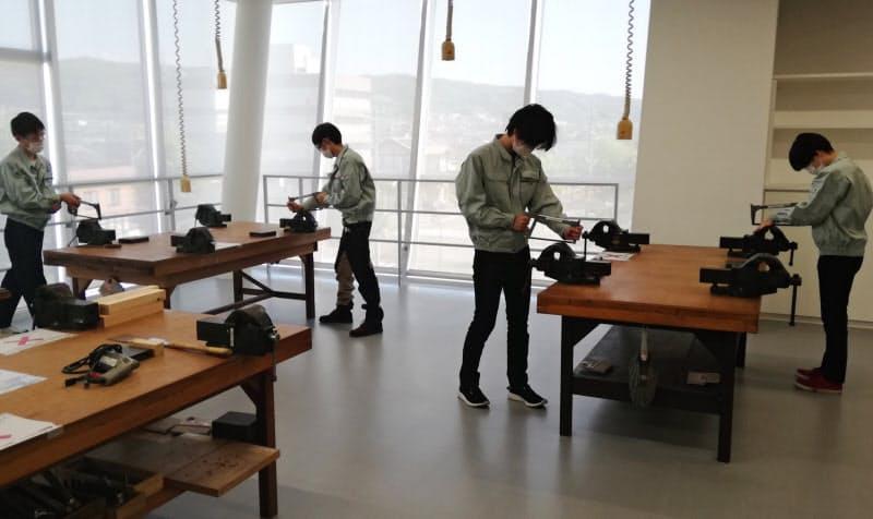 金沢工業大は学生が距離を取って実習を進める(石川県野々市市)