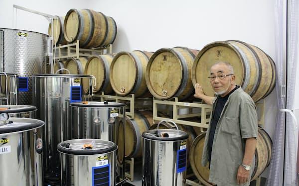 画像の拡大                                                       池田さんはワイン醸造施設も建設した(長野県小諸市)