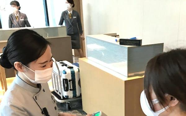 都ホテル博多では、来館者の検温をするなど、新型コロナの感染対策を徹底している(福岡市)