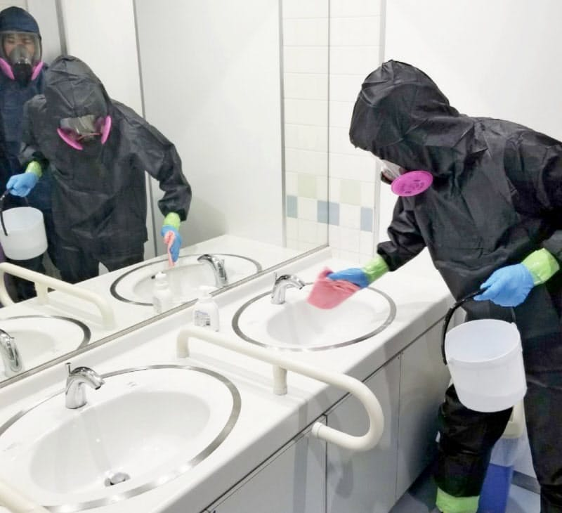 新型コロナウイルスの感染者発生施設を消毒する作業員(7月、愛知県美浜町)