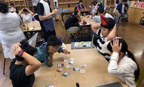 金沢工業大学の学生がSDGsを学ぶカードゲームを制作し、小中高生にゲーム形式で教えている(2019年6月)