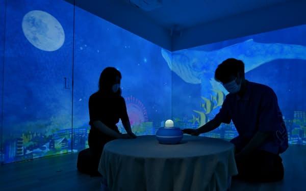 ダイキンのシステムが施された部屋でロボットなどに触れると、気分に応じた映像が壁に映し出される(大阪府吹田市)