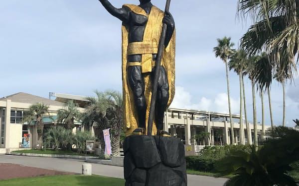 施設内にはカメハメハ大王の像がある
