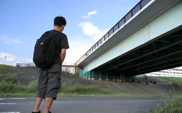 ネットカフェから閉め出された時、野宿した高架下を見つめる男性(東京都足立区)