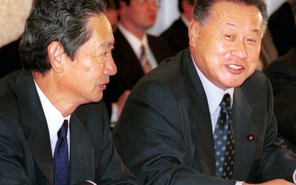 政府は2000年、ソニーCEOだった出井伸之氏(左)を議長とする会議でIT戦略を打ち出した(右は当時の森喜朗首相)