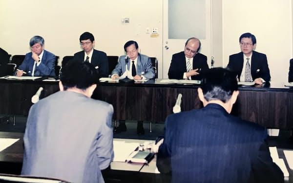組織のスリム化を組合と折衝する内田社長(右端)