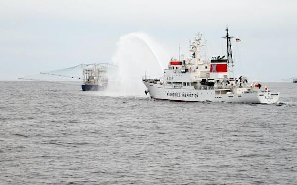 放水で退去を迫る水産庁の取り締まり船(大和堆周辺)=水産庁提供
