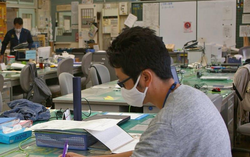 空き時間に職員室で課題の添削をする金井教諭(6日、群馬県富岡市の市立富岡小学校)