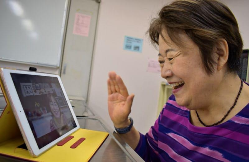 地域の高齢者とオンラインで交流する柴山まつ江さん(6日、茨城県つくば市)