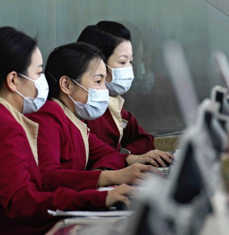 キャセイの旅客はコロナで激減した(21日、香港国際空港)=AP