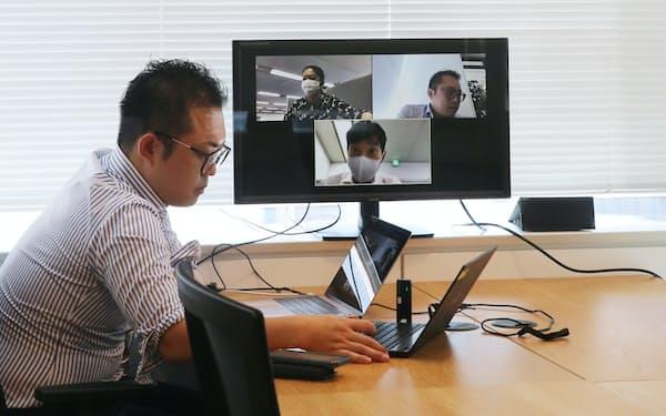 神戸市広報とフリーランスの仕事を掛け持ちする大橋さん(9月、東京都千代田区のWeWork丸の内北口)