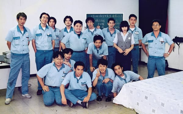 麿社長(後列左から2人目)は、1990年代後半にフィルム素材の世界展開へ奔走した