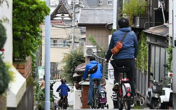 老講談師の燕雄が住んでいた谷中の七面坂。昭和の面影を残す街を人々が行き交う=今村幸祐撮影