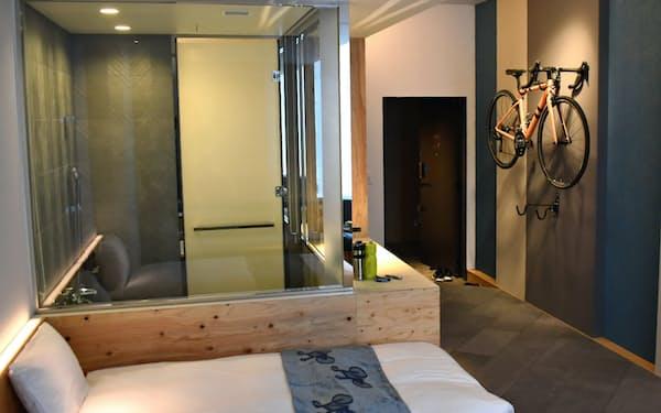 ホテルの客室に自転車を持ち込み、壁に掛けられる