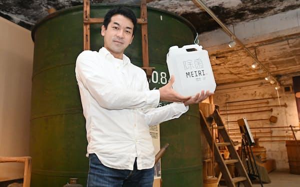 博報堂を辞めて地元に戻り、家業の酒造会社で除菌液を手にする加藤さん(水戸市)