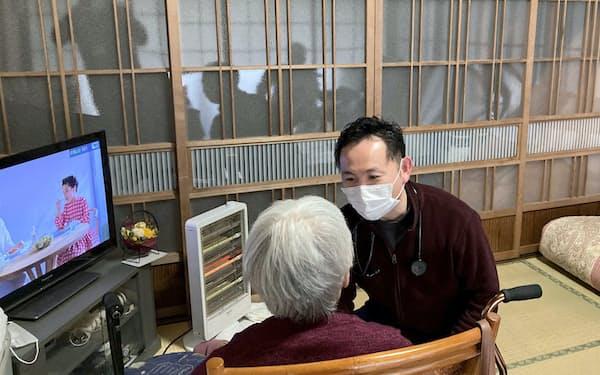 荒井さんは老年学研究科で学んだ経験を訪問診療などに生かしている(茨城県結城市)