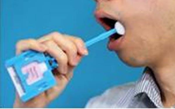 口内の粘膜からDNA型鑑定用の資料を採取する様子=警察庁提供