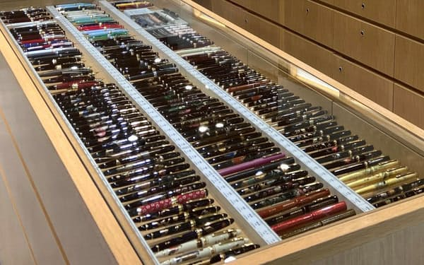 文具専門店の銀座伊東屋本店(東京・中央)の万年筆コーナーでは世界各国の万年筆を取り扱う