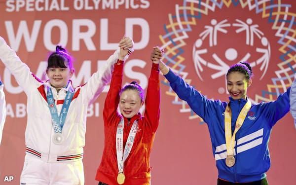 知的障害を持つ若者がどう体力を向上させたかも競う(昨年、UAEで開かれたスペシャルオリンピックス)=AP