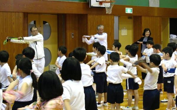 武蔵野稲門会の有志は体幹を鍛える運動を子どもに教える活動も(東京都武蔵野市、2018年に開いた教室)