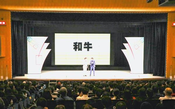 久々に埋まった客席を前に漫才を演じる和牛の2人(大阪市のなんばグランド花月)