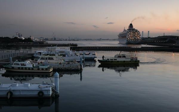 クルーズ船が停泊する夜明け間近の横浜港。新たな一日の始まりを前に静寂に包まれていた=竹邨章撮影