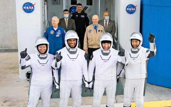 野口さん(右端)らはスペースXの新型宇宙船で宇宙へ向かった(米フロリダ州ケネディ宇宙センター)=NASA/Joel Kowsky提供・共同