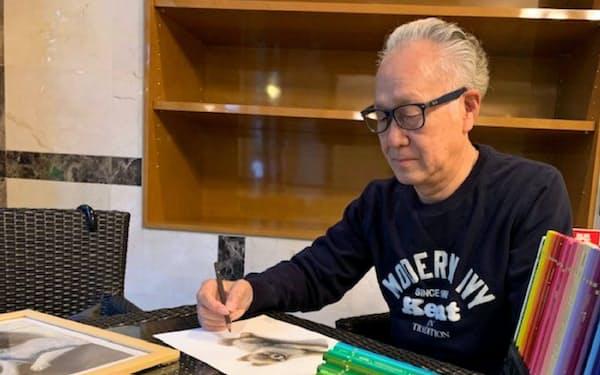 近藤久幸さんは色鉛筆で愛犬たちを描く(東京都大田区)