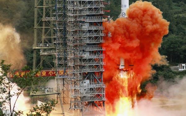 中国版GPS「北斗」は55基目の衛星を打ち上げて完成した(6月、中国四川省)=共同