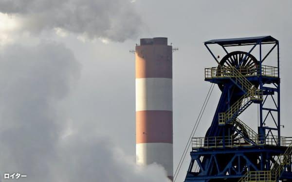 現時点で、気候変動リスクを含む「非金融資産」の企業向け統一公開基準は存在しない(ポーランドの発電所)=ロイター