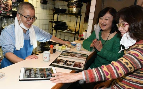 「和田屋」を支援するクラウドファンディングを立ち上げた高野さん(右)。店にはタブレット端末も置き、CFの詳細を確認できるようにした