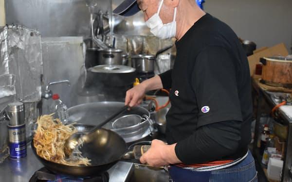 「杉乃家」の芹川さんは中華鍋で調理する