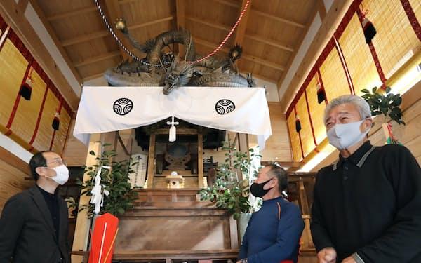 小田良巳さん(右端)は独学で龍の像を作った(名古屋市西区の黒龍神社)