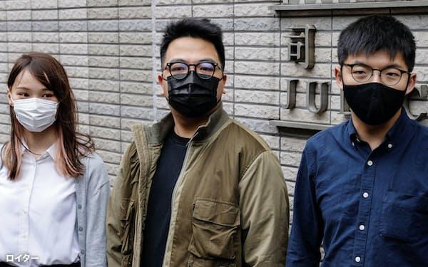 香港の裁判所に到着する(左から)周庭氏、林朗彦氏、黄之鋒氏(11月23日)=ロイター