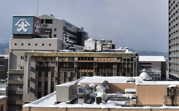 市立病院(左奥)との再開発を視野に入れる旧大沼と、周辺の高層マンション(山形市)