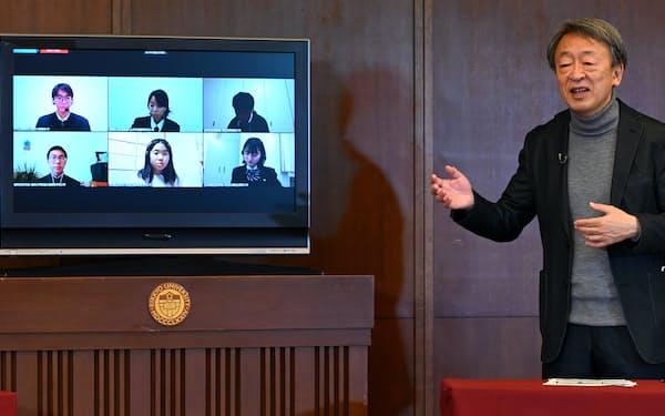 オンラインの公開講座で講演する池上彰氏(2020年12月12日、東京都豊島区の立教大学池袋キャンパス)