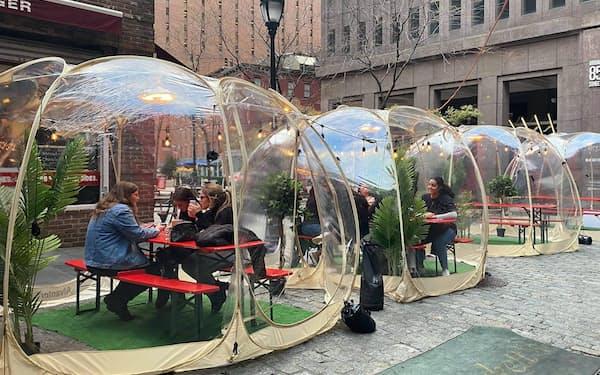 ニューヨーク市の飲食店の外には風雨をしのぐ透明なテント型の座席がいくつも並ぶ