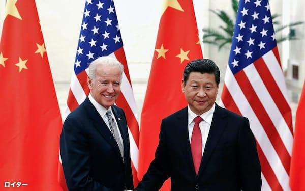 米国の次期大統領に就任するバイデン前副大統領(左)と中国の習近平国家主席(2013年12月、北京)=ロイター