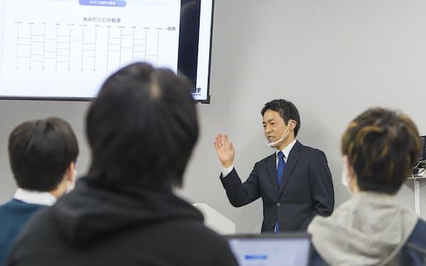 国際情報学部では、ITと法学について産官学で経験を積んだ教員から学ぶことが可能だ
